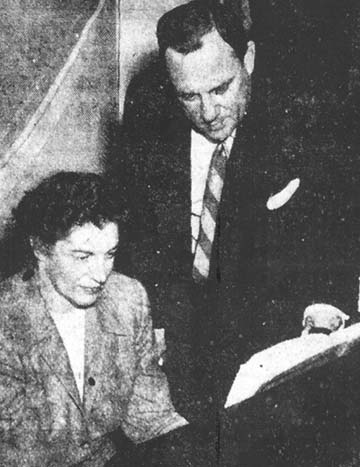 (Lincoln Evening Courier, 11-28-51). The caption indicates that Mrs. Hanger
